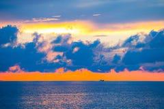 Zadziwiający niebo i woda przy zmierzchem nad morzem bałtyckim, Tallinn, Estonia Obraz Royalty Free