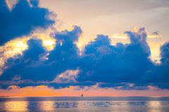 Zadziwiający niebo i woda przy zmierzchem nad morzem bałtyckim, Tallinn, Estonia Zdjęcie Royalty Free