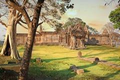Zadziwiający niebo w wierzchołku Preah Vihear świątynia lokalizuje w przyjemnym środowisku z atrakcyjnym w Kambodża obraz stock