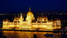 Zadziwiający noc widok rzeczny Danube - parlament w Budapest, Węgry zdjęcie wideo
