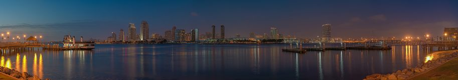 Zadziwiający panoramiczny widok San Diego linia horyzontu od Coronado wyspy przy zmierzchem zdjęcia stock