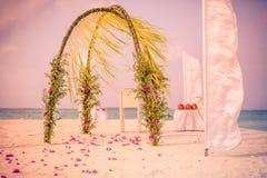 Zadziwiający plażowego ślubu miejsce wydarzenia, rocznika filtr Zdjęcia Royalty Free