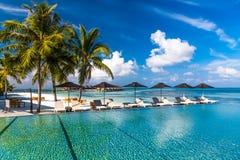 Zadziwiający plażowy bungalow w Maldives Niebieskie niebo chmury i relaksujący seascape Zdjęcie Stock