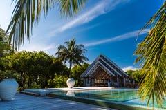 Zadziwiający plażowy bungalow z basenem w Maldives Niebieskie niebo chmury i relaksujący seascape Fotografia Royalty Free