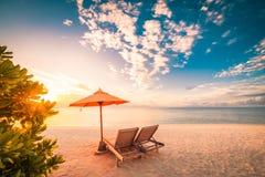 Zadziwiający plażowy zmierzch z słońc łóżkami i relaksującym nastrojem Fotografia Royalty Free