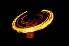 Zadziwiający Pożarniczy przedstawienie przy nocą na plażowym Tajlandia obraz stock