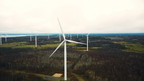 Zadziwiający powietrzny panoramiczny widok wiatraczek turbiny gospodarstwa rolnego wywołująca władza w jesieni jeziora lasowy zbiory wideo