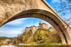 Zadziwiający punkt zwrotny w republika czech, blisko Karlovy Zmienia Loket middleaged kasztel z mostem i niebieskim niebem, fotografia stock