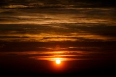 Zadziwiający słońce przy półmrok chmurami Zmierzchu wizerunek piękny czerwony chmurny s fotografia royalty free