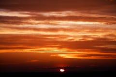Zadziwiający słońce przy półmrok chmurami Zmierzchu wizerunek piękny czerwony chmurny s obraz stock