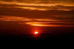 Zadziwiający słońce przy półmrok chmurami Zmierzchu wizerunek piękny czerwony chmurny s obrazy royalty free
