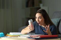 Zadziwiający studencki patrzeje energetyczny napój zdjęcia royalty free