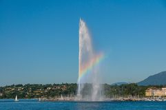 Zadziwiający tęcza widok fontanna strumienia d «eau na Jeziornym Genewa, Szwajcaria fotografia royalty free