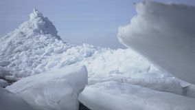 Zadziwiający widok śnieżna północ Południowy słup lub Lodowi bloki zamykają w górę, kamera rusza się z lewej strony Zimny pi?kno zbiory wideo