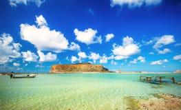 Zadziwiający widok Balos laguna z magicznym turkusem nawadnia, laguny, tropikalne plaże czysty biały piasek i Gramvousa wyspa zdjęcie royalty free