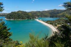 Zadziwiający widok długa plaża z turkus wodą w Abel Tasman parku narodowym fotografia royalty free
