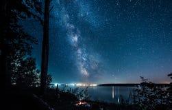 Zadziwiający widok gwiaździsty nocne niebo i citylights na tle Obraz Royalty Free
