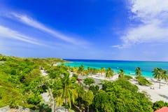 Zadziwiający widok Holguin gubernialna tropikalna zapraszająca plaża i spokojny lazurowy turkusowy ocean na niebieskiego nieba tl obraz stock