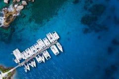 Zadziwiający widok jachty w schronieniu - trutnia widok Zdjęcie Stock