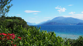 Zadziwiający widok Jeziorny Garda od parkowego Parco Pubblico Tomelleri w Sirmione miasteczku, Włochy Zdjęcie Royalty Free
