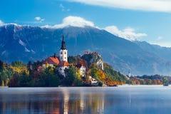 Zadziwiający widok Juliański Alpsa i jezioro Krwawiący zdjęcia royalty free