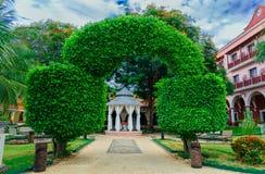 Zadziwiający widok Kolonialne hotel ziemie, piękny zapraszający hotelowy wejście przez dekoracyjnych eleganckich naturalnych krza Zdjęcie Stock