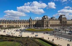 Zadziwiaj?cy widok kwadrat od okno louvre Pary? Francja Kwiecie? 2019 zdjęcia stock