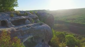Zadziwiający widok na góra krajobrazie na lato słonecznym dniu strzał Zieleni wzgórza zakrywali trawy i kwiatów przeciw górom zdjęcie wideo