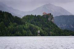 Zadziwiający widok na Krwawić jeziorze, Krwawiący kasztel przy wschodem słońca z halnym Triglav w tle Slovenia, Europa Obraz Royalty Free