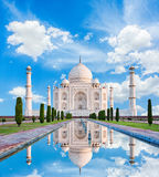 Zadziwiający widok na Taj Mahal w słońca świetle z odbiciem w wa Obraz Royalty Free