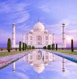 Zadziwiający widok na Taj Mahal w słońca świetle z odbiciem w wa Zdjęcie Royalty Free
