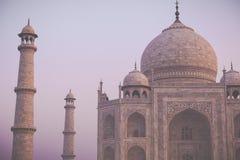 Zadziwiający widok na Taj Mahal w zmierzchu świetle z odbiciem wewnątrz Fotografia Stock