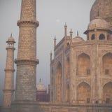 Zadziwiający widok na Taj Mahal w zmierzchu świetle z odbiciem wewnątrz Zdjęcie Royalty Free