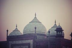Zadziwiający widok na Taj Mahal w zmierzchu świetle z odbiciem wewnątrz Obrazy Stock