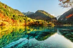 Zadziwiający widok Pięć Kwiat jezioro wśród scenicznych gór fotografia stock