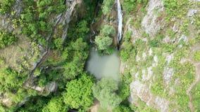 Zadziwiający widok piękna siklawa w górach zbiory wideo