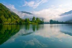 Zadziwiający widok rezerwuar na Soca rzeczny pobliskim Najwięcej na Soci, Slovenia przy mgłowym rankiem fotografia royalty free