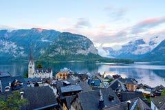 Zadziwiający widok sławna Hallstatt górska wioska z Hallstatter jeziorem w Austriackich Alps Jesień zmierzch na Hallstatt jeziorz zdjęcia royalty free
