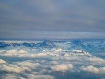 Zadziwiający widok z lotu ptaka mgliści szwajcarscy alps i chmury nad mou obraz royalty free