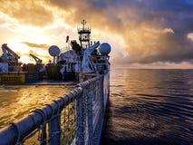 Zadziwiający wschód słońca na morzu przy bardzo spokojnym morzem - statek obraz royalty free