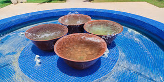 Zadziwiający wspaniały widok plenerowy dekorujący basen z dużym marmurem rzuca kulą inside Zdjęcia Royalty Free