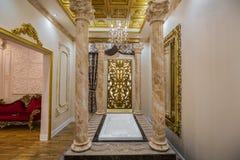 Zadziwiający, zapraszający widok luksusowy wewnętrzny relaksujący pokój z kąpielową zakładką w środku Obraz Royalty Free