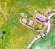 Zadziwiający zasięrzutny widok z lotu ptaka Agriturismo i otaczający wzgórze Obraz Royalty Free