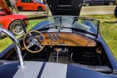 Zadziwiający zbliżenie widok klasyczna rocznika sportowego samochodu deska rozdzielcza i panel Obrazy Royalty Free