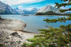 Zadziwiający zielony jezioro otaczający górami Alberta Kanada Obrazy Stock