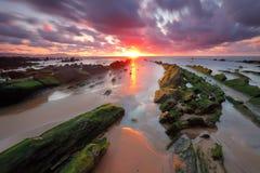 Zadziwiający zmierzch nad Barrika Biskajskim, Baskijskim krajem scenary gra trony plażowym, Obrazy Royalty Free