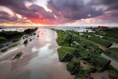 Zadziwiający zmierzch nad Barrika Biskajskim, Baskijskim krajem scenary gra trony plażowym, Zdjęcie Royalty Free