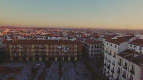 Zadziwiający zmierzch nad czerwonymi dachówkowymi dachami duży miasto zbiory