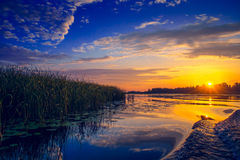 Zadziwiający zmierzch nad jeziorem Zdjęcie Royalty Free