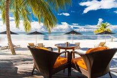 Zadziwiający zmierzch plaży bungalow w Maldives Niebieskie niebo chmury i relaksujący seascape Zdjęcia Royalty Free